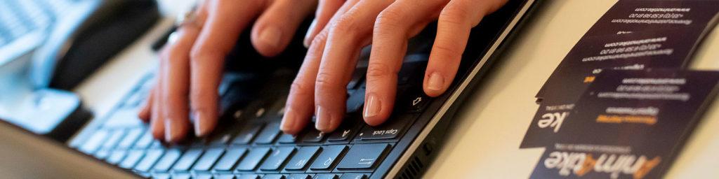 jeune femme animatike utilisant son clavier d'ordinateur